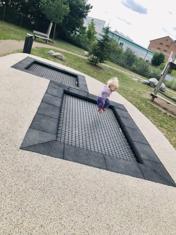 kleinkind-auf-dem-trampolin alla hopp anlage grünstadt