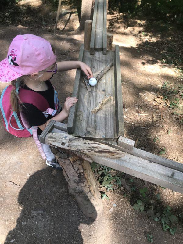 Kugelbahn zum Spielen auf dem Walderlebnispfad Binger Wald