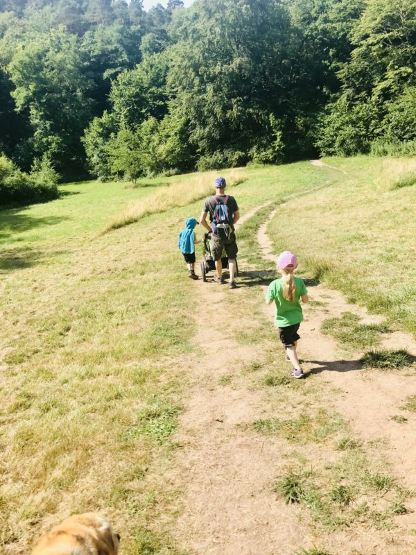 familie-auf-dem-weg-zur-baumgeistertour
